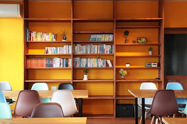 リノベーション_カフェのような空間_本棚